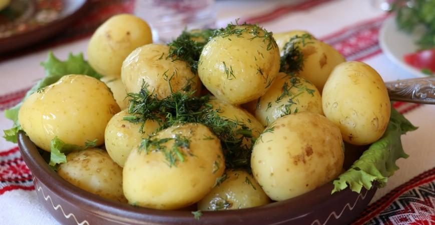 Guarnición de patatas con espinacas y anchoas. Ideal para acompañar tus alimentos.